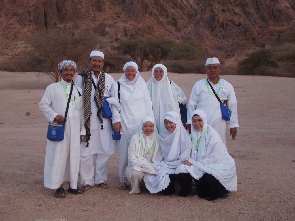En Mazlan dan keluarga bersama mutawif Ustaz Yusoff, Hj Surip dan Hjh Saonah semasa ziarah di Madinah.
