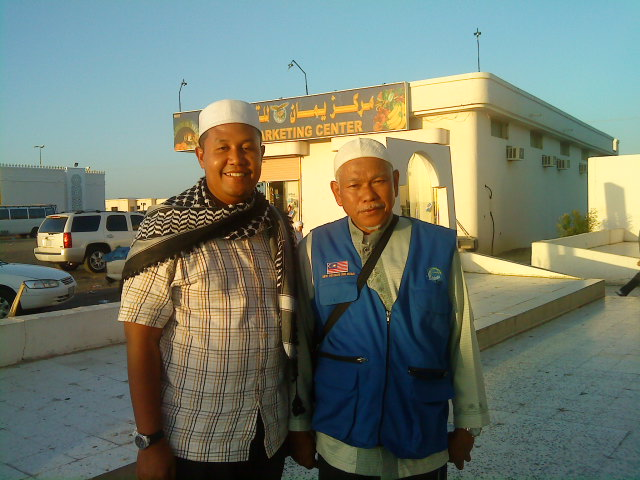 Depan Restoran Yemen bersama Dato Hj Ust Daud Che Ngah - Ihsan Shaha Bahar Rapiei 03